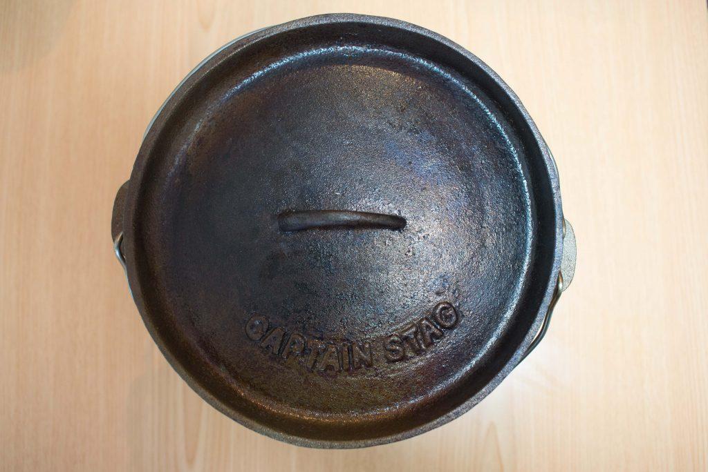 キャプテンスタッグのダッチオーブンの蓋(ふた)をシーズニングで野菜クズを炒める