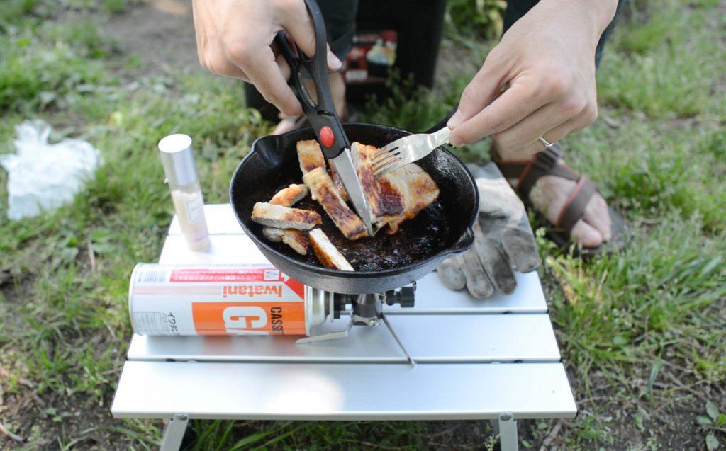 豚肉ステーキをカットしている様子